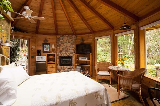 Raven Cabin Bed Stormking Spa Retreat Mt Rainier