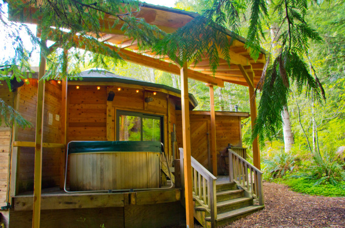 Wolf Cabin Covered Deck with Hot Tub Stormking Spa Retreat Mt Rainier